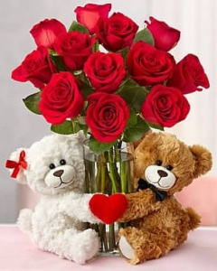 Couple bear w/10 holland roses in vase